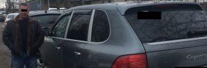 водитель охранник на своем автомобиле